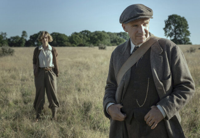 THE DIG (L-R): CAREY MULLIGAN as EDITH PRETTY, RALPH FIENNES as BASIL BROWN. Cr. LARRY HORRICKS/NETFLIX © 2021